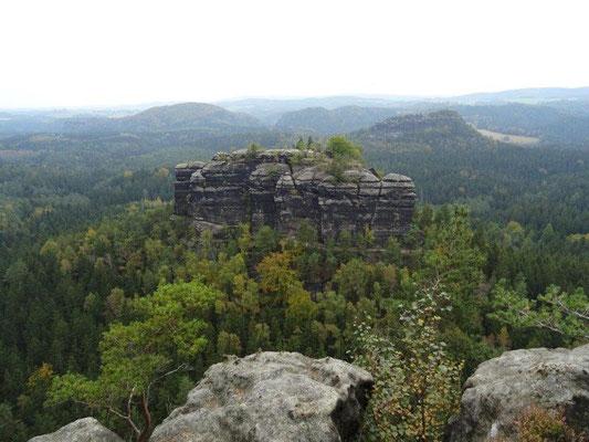 Blick aufs Hintere Raubschloß, auf dem sich im Mittelalter eine der zahlreichen Felsenburgen der Region befand