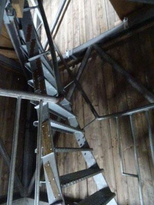 Diese extrem steile Eisentreppe führte die letzten Meter im Turm hinauf...
