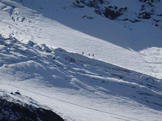 Bergsteiger beim Queren des Gletschers