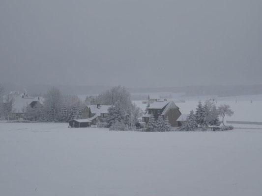 Verschlafen liegt das Dorf Satzung inmitten der weißen Pracht