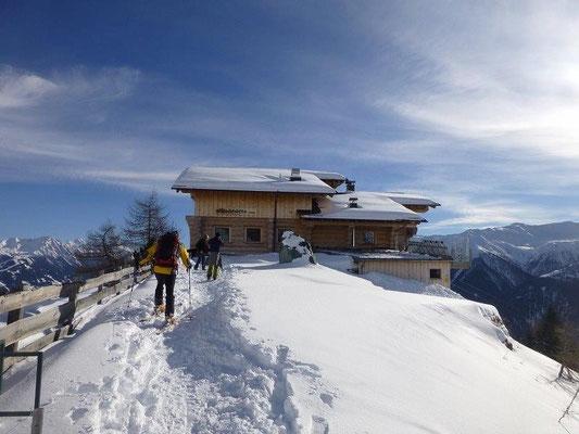 Die tief verschneite Nilljochhütte in der Wintersonne