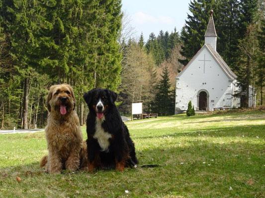 Nepomuk und Vreni vor der Böhmerwaldkirche