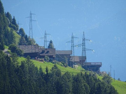 Alte Ultner Bauernhäuser und neue Strommasten...