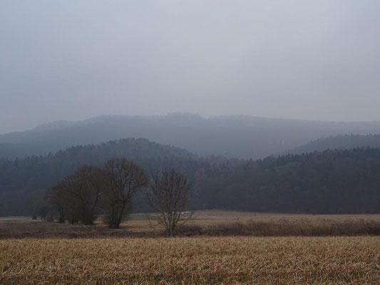 Im Nebel kann man den Turm des Heldrasteins erkennen