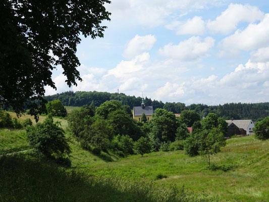 Blick zurück nach Hinterhermsdorf mit dem kleinen Kirchlein