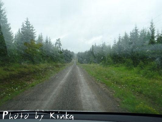 Auf der Weiterfahrt nach Norden - kilometerlange Schotterpisten und strömender Regen