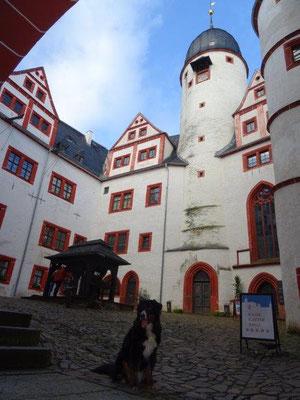 Der Innenhof der Kernburg mit Bergfried und Brunnen