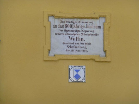 ... mit einer Gedenktafel zur Erinnerung an die Jubelfeier des Hauses Wettin