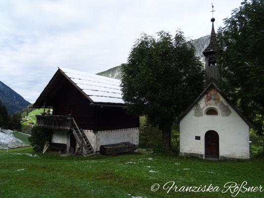 Hof mit kleiner Kapelle bei Prettau