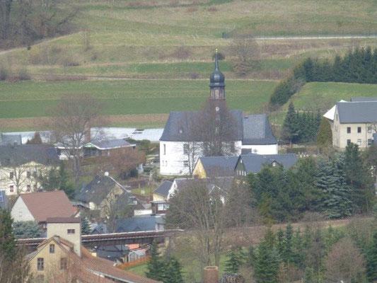 Blick vom Staudamm auf die Kirche von Markersbach