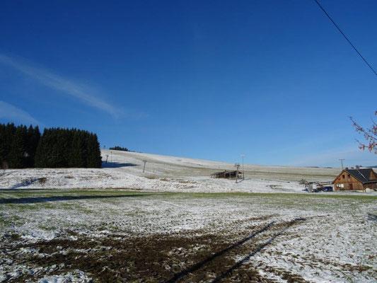 Am Skilift in Neudorf reicht die weiße Pracht noch nicht zum Skifahren
