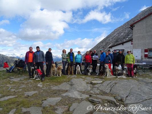 Die Hunderuppe Kraxelpfoten der DAV Sektion Chemnitz gratuliert den Wirten der Chemnitzer Hütte zum 125. Hüttenjubiläum