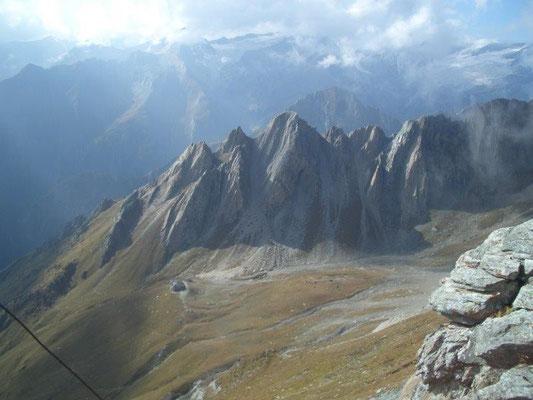 Blick vom Vorderen Sajatkopf hinüber zur Sajathütte mit der Roten Säule