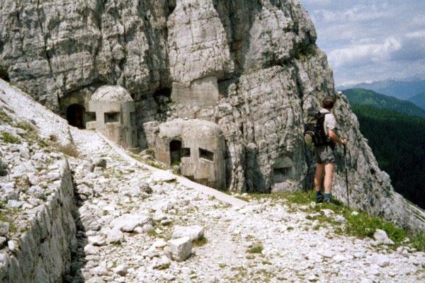 Bunker und Gänge in den Felsen sind stumme Zeugen der schweren Kämpfe, die hier im 1. Weltkrieg wüteten