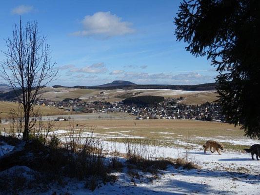 Blick über Neudorf im Sehmatal hinüber zum Bärenstein