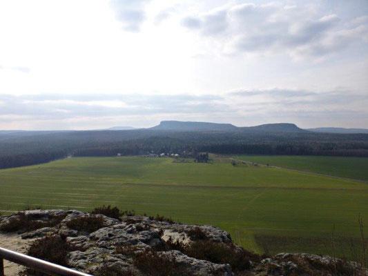 """Belohnt wird man mit einer fantastischen Aussicht. Hier der Blick zum Kleinen und Großen Zschirnstein, im Hintergrund das """"Dach des Elbsandsteingebirges"""", der Hohe Schneeberg"""
