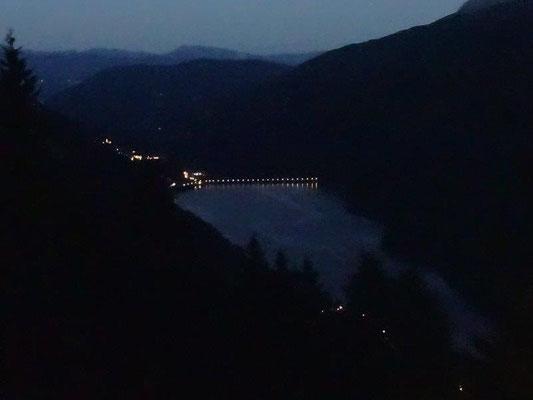 Abendlicher Blick vom Balkon unserer Ferienwohnung hinunter auf den Zoggler Stausee