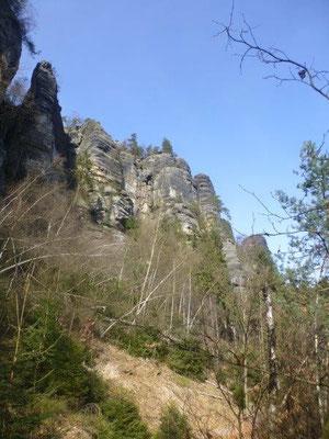 Die Frühlingssonne tauchte die grauen Felsen in ein wundervolles Licht.