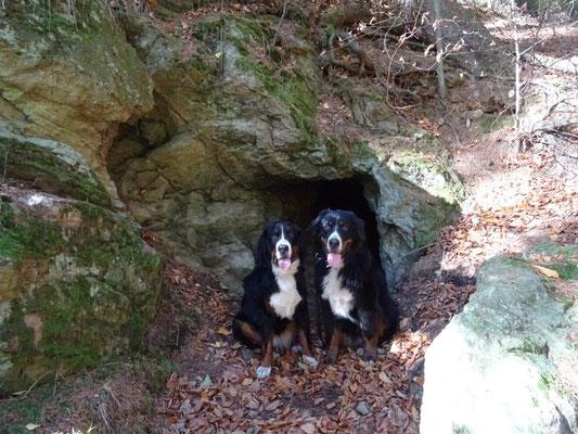 Selma und Vreni an der Fuchshöhle