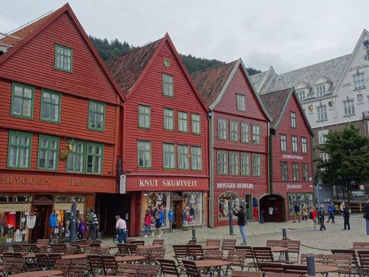 Mehrstöckige Holzhäuser prägen das Bild des Hanseviertels Bryggen in Bergen