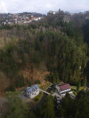 Blick vom Hockstein nach Hohnstein, tief unten das Gasthaus Polenztal