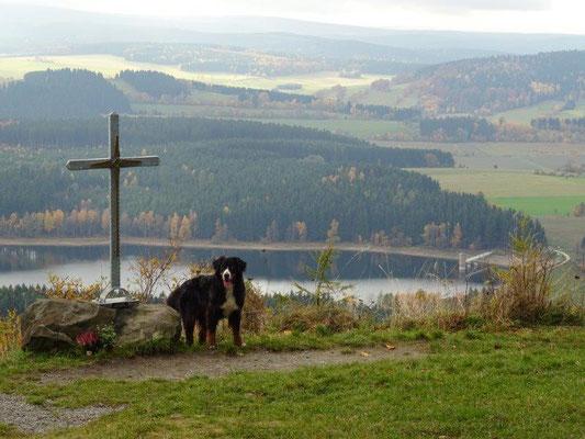 Vreni am Gipfelkreuz - im Hintergrund die Talsperre Cranzahl