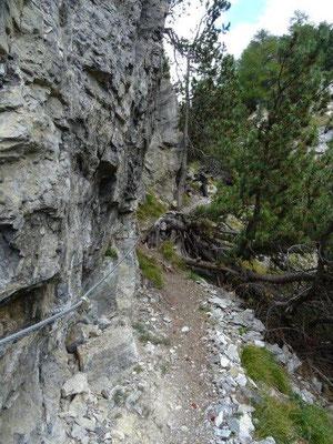 """Anfangs führte der Weg """"nur"""" steil und seilgesichert nach unten..."""