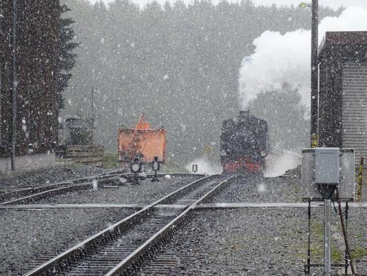 Die Fichtelbergbahn im Schneetreiben