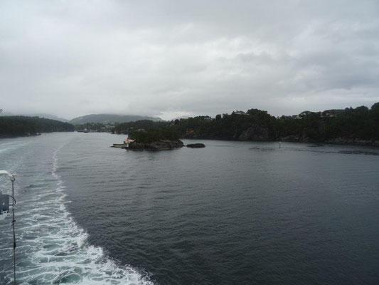Wer auf der E39 von Bergen nach Stavanger fährt, muß einen Teil der Strecke per Schiff zurück legen. Die Fähren verkehren regelmäßig und müssen nicht vorgebucht werden.