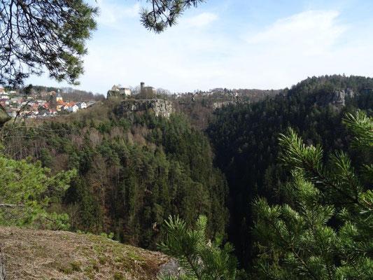 Blick vom Hockstein hinüber nach Hohnstein mit der gleichnamiten Burg