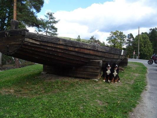 Das alte Boot diente zum Transport von Steinen