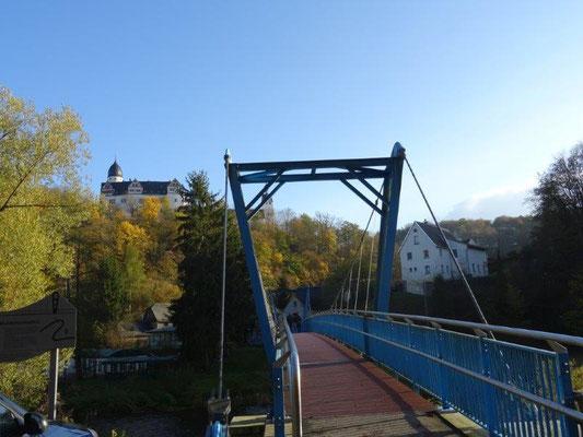 Die neue Hängebrücke über die Mulde wurde 2011 eingeweiht. Vorher gab es hier eine schmale, schwankende Brücke, die im Volksmund auch Schaukelbrücke genannt wurde.