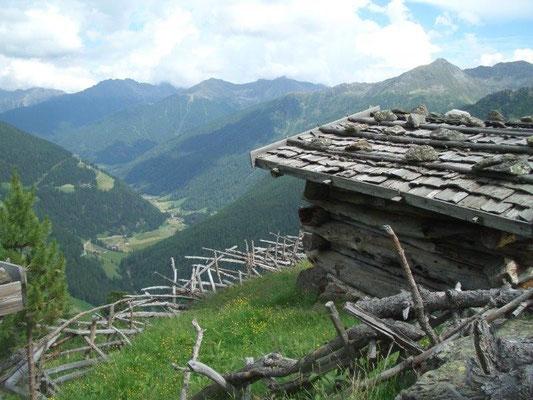 Typische Holzhütte im Ultental