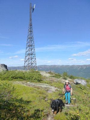 """Den Gipfel """"ziert"""" ein Telegrafenmast"""