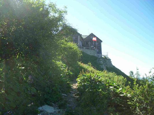 Das Purtschellerhaus - hier verläuft die Grenze zwischen Deutschland und Österreich direkt durch die Hütte