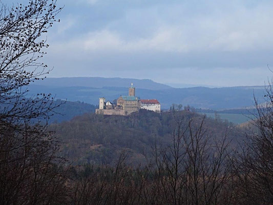 Erhaben thront die Wartburg auf einem Hügel bei Eisenach