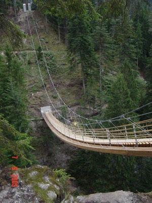 ... eine spektakuläre Hängebrücke über die Traversina-Schlucht in der Viamala