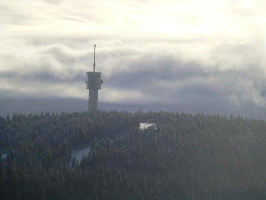 Die Böhmischen Nebel wehen um den Keilberg-Turm