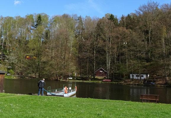 Die kleine Personenfähre zwischen Ringethal und Lauenhain
