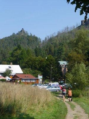 Blick zum Marienfels, auf dessem Gipfelplateau eine kleine Schutzhütte steht