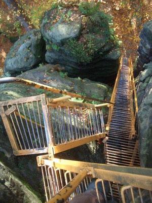 Sehr steile Gittertreppen führen auf den Sachsenstein im Bielatal