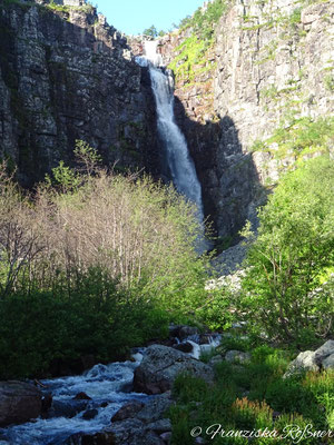 Morgensonne am Njupeskär-Wasserfall