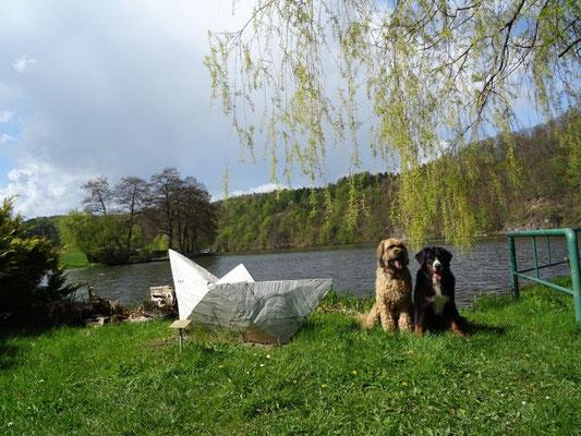 """Nepomuk und Vreni neben dem """"Faltboot"""" in Falkenhain"""