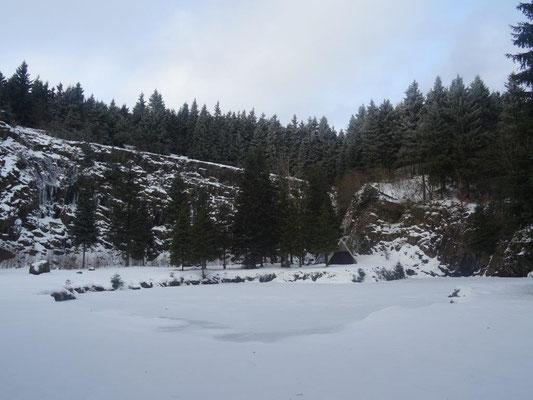 Der Bergsee tief verschneit