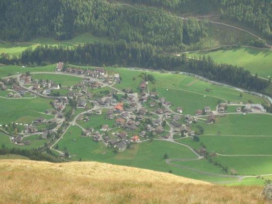 Blick vom Prägratener Höhenweg auf das etwa 1300 Meter tiefer gelegene Prägraten