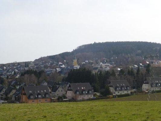 Blick auf den Scheibenberg, der gleichnamige Ort im Vordergrund