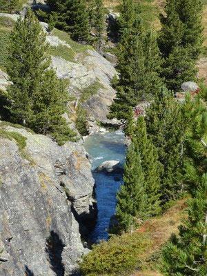Das Gletscher-Wasser hat tiefe Schluchten ins Gestein gespült