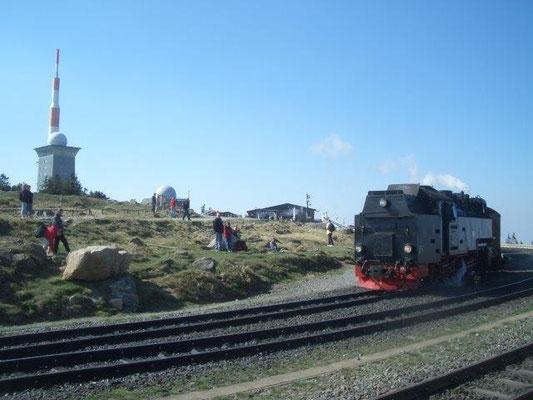 1899 fuhr der erste Zug der Brockenbahn hinauf zum 1125 Meter hoch gelegenen Bahnhof Brocken.
