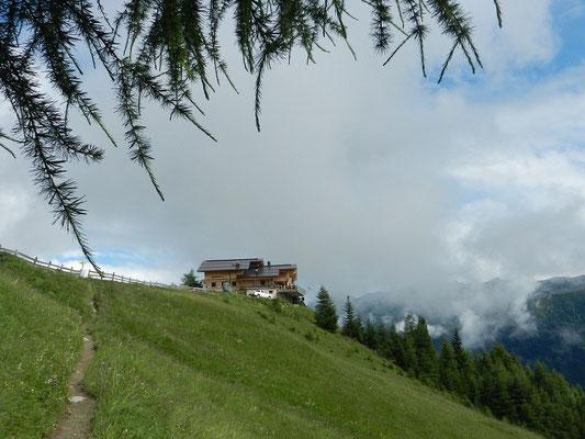 Wie auf einem Balkon thront die Nilljochhütte überm Virgental...