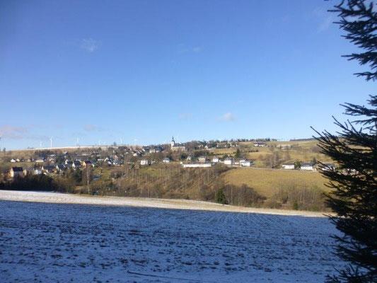 Malerisch liegt die kleine Bergstadt Jöhstadt auf dem sonnigen Hang